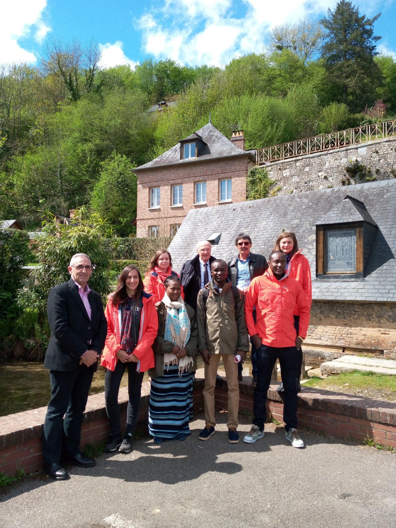 Photo avec la délégation à la source de l'Austreberthe
